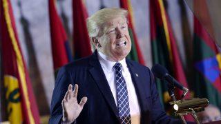 Washington, 2017. április 25. Donald Trump amerikai elnök beszédet mond a holokauszt áldozatai emlékére az amerikai törvényhozás washingtoni épületében, a Capitoliumban 2017. április 25-én. A megemlékezést az amerikai Holokauszt Emlékmúzeum kezdeményezte abból az alkalomból, hogy napokkal korábban megnyitott a múzeum új kutató- és kiállítóközpontja, amelyben a második világháborús zsidóüldözéshez kötõdõ dokumentumok, használati és mûtárgyak kaptak helyet. (MTI/EPA/SIPA pool/Olivier Douliery)