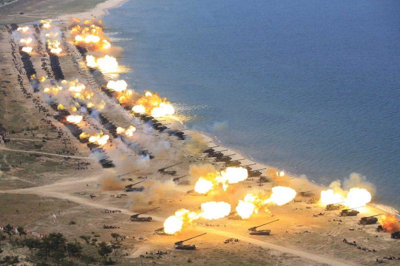 Észak-Korea, 2017. április 26. A KCNA észak-koreai hírügynökség által 2017. április 26-án közreadott képen harckocsik tüzelnek az észak-koreai néphadsereg fennállásának 85. évfordulója alkalmából tartott harcászati bemutatón egy ismeretlen észak-koreai helyszínen április 25-én. (MTI/EPA/KCNA)
