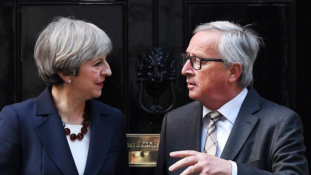 London, 2017. április 26. Theresa May brit kormányfõ (b) üdvözli Jean-Claude Junckert, az Európai Bizottság elnökét a londoni kormányfõi rezidencia, a Downing Street 10. elõtt 2017. április 26-án. (MTI/EPA/Andy Rain)