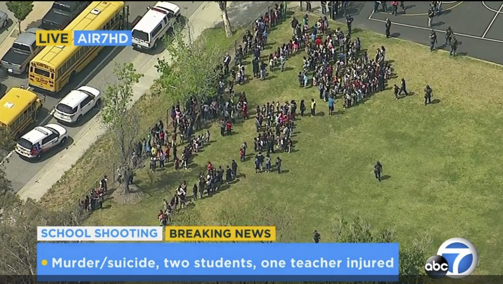 San Bernardino, 2017. április 10. A KABC-TV videofelvételérõl készített kép a North Park általános iskola evakuált diákjairól a kaliforniai San Bernardinóban 2017. április 10-én, miután lövöldözés tört ki az intézményben. (MTI/AP/KABC-TV)