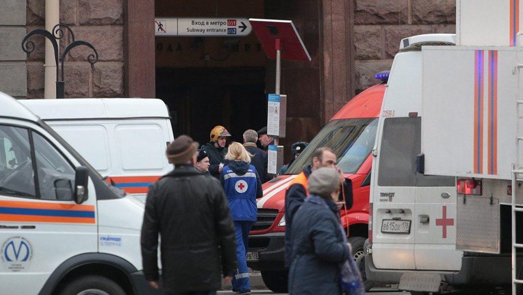 Szentpétervár, 2017. április 3.Mentősök a szentpétervári metró egyik állomásán történt robbanás helyszínén 2017. április 3-án. Orosz híradások szerint a tíz halálos áldozat mellett mintegy félszázan sebesültek meg abban a két robbanásban, amely a szentpétervári metró két különböző állomásán történt. (MTI/Anadolu Agency/Szergej Mihajlicsenko)