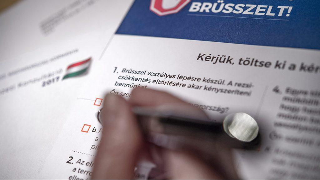 Budapest, 2017. április 4.A magyar kormány Állítsuk meg Brüsszelt! címmel meghirdetett nemzeti konzultációjának kérdőíve Budapesten 2017. április 3-án.MTI Fotó: Szigetváry Zsolt