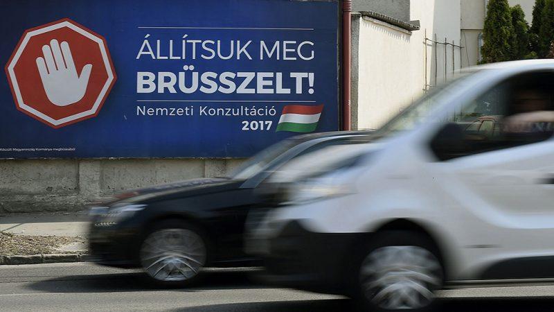 Budapest, 2017. április 4.A magyar kormány Állítsuk meg Brüsszelt! című nemzeti konzultációját hirdető óriásplakát egy újpesti ház falán, a Váci úton 2017. április 4-én.MTI Fotó: Bruzák Noémi