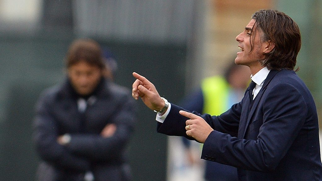 Cagliari's Uruguyan coach Diego Luis Lopez gestures during the Italian Serie A football match between Cagliari and Juventus on January 12, 2014 at the Sant' Elia stadium in Cagliari.  AFP PHOTO / GABRIEL BOUYS / AFP PHOTO / GABRIEL BOUYS