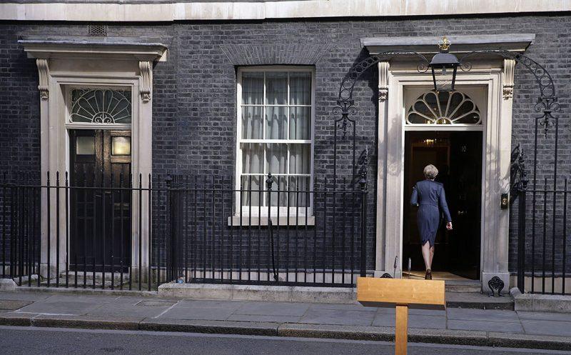 London, 2017. április 18.Theresa May brit miniszterelnök távozik a londoni kormányfői rezidencia, a Downing Street 10. előtt tartott sajtóétájékoztatójáról 2017. április 18-án. Itt bejelenette, hogy június 8-án előrehozott választásokat tartanak Nagy-Britanniában. (MTI/AP/Alastair Grant)