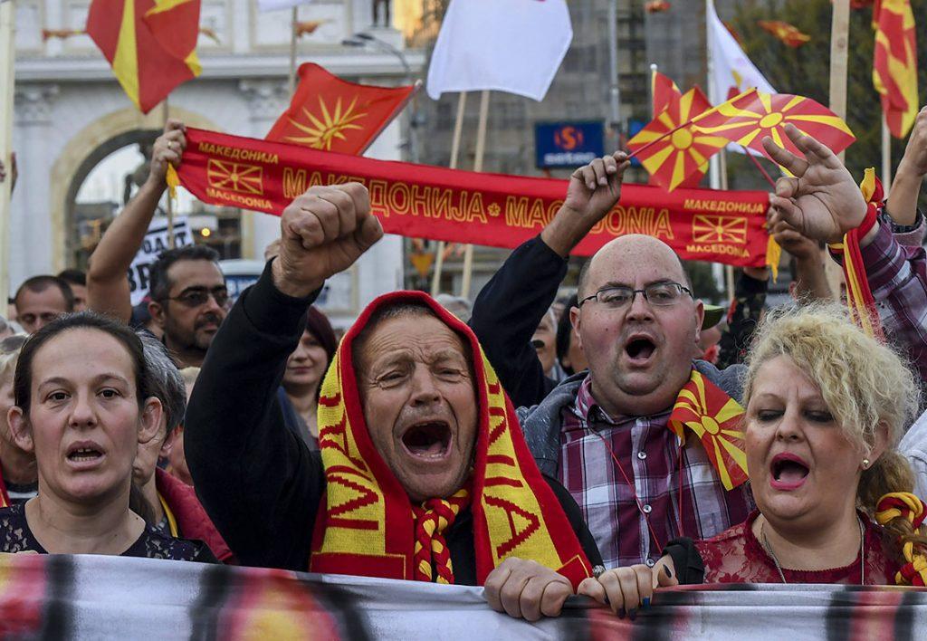 Szkopje, 2017. március 31.Az Egységes Macedóniáért elnevezésű civil kezdeményezés támogatói a balközép Macedóniai Szociáldemokrata Szövetség (SDSM) esetleges kormányalakítása ellen tiltakoznak Szkopjéban 2017. március 30-án. A tüntetők szerint a szociáldemokraták és az albán kisebbségi pártok koalíciós megállapodása veszélyezteti az ország függetlenségét és egységét, valamint az albán hivatalos nyelvvé válhatna Macedóniában. (MTI/EPA/Georgi Licovszki)