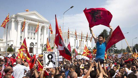 Szkopje, 2015. május 17.Tüntetők a Nikola Gruevszki miniszterelnök vezette kormány lemondását követelik a kormányfői hivatal épülete közelében Szkopjéban 2015. május 17-én. (MTI/EPA/Georgi Licovszki)