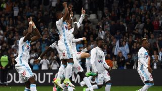 Olympique de Marseille's players celebrate after winning the French L1 football match between Marseille and Saint-Etienne on April 16, 2017 at the Velodrome stadium in Marseille, southern France. / AFP PHOTO / ANNE-CHRISTINE POUJOULAT
