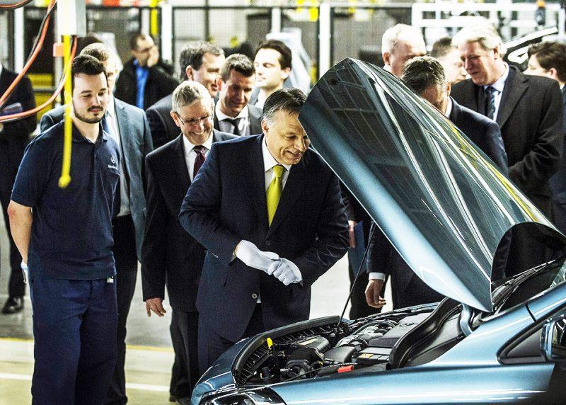 Kecskemét, 2015. január 20.Orbán Viktor miniszterelnök (k) az első hazai gyártású CLA Shooting Brake modell bemutatásán a Mercedes-Benz kecskeméti gyárában 2015. január 20-án.MTI Fotó: Ujvári Sándor