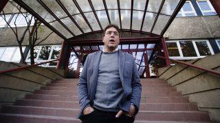 """Budapest, 2016. október 9.Murányi András, a Népszabadság főszerkesztője a napilap Bécsi úti székházánál, mielőtt a lap munkatársai megpróbálták felvenni a munkát 2016. október 9-én. A Mediaworks kiadó október 8-án bejelentette, hogy felfüggeszti a Népszabadság nyomtatott és internetes kiadását a lap új koncepciójának kialakításáig, illetve megvalósításáig azért, hogy """"valamennyi érintett ezen kiemelt feladatra tudjon koncentrálni"""". A kiadó tájékoztatása szerint a lap eddig 5 milliárd forintos veszteséget termelt.MTI Fotó: Balogh Zoltán"""