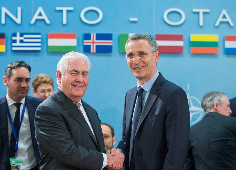 Brüsszel, 2017. március 31.Jens Stoltenberg NATO-főtitkár (j) és Rex Tillerson amerikai külügyminiszter kezet fog a NATO-tagállamok külügyminisztereinek tanácskozásán a szervezet brüsszeli székházában 2017. március 31-én. A tagállamok külügyminiszterei a védelmi kiadások növeléséről és a terrorizmus elleni küzdelemről tárgyalnak. (MTI/EPA/Stephanie Lecocq)
