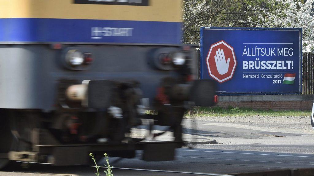 Budapest, 2017. április 4. A magyar kormány Állítsuk meg Brüsszelt! címû nemzeti konzultációját hirdetõ óriásplakát a XV. kerületben, a Szerencs utcai vasúti átjárónál 2017. április 4-én. MTI Fotó: Máthé Zoltán