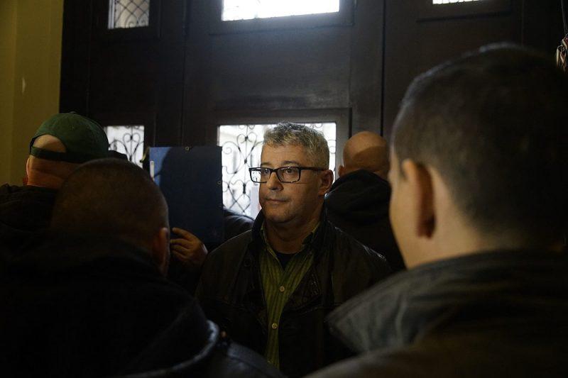 Budapest, 2016. február 23.Nyakó István MSZP-s politikus, volt országgyűlési képviselő Budapesten, a Nemzeti Választási Iroda épületében 2016. február 23-án. A párt újra megpróbálja benyújtani a Nemzeti Választási Irodánál a vasárnapi zárva tartásról szóló népszavazási kérdését, miután a Kúria ma dönt arról, átengedi-e az előtte fekvő, a hasonló ügyben benyújtott népszavazási kérdést. Mellette egy csoport tagjai, amely szintén beadvány benyújtására készül.MTI Fotó: Balogh Zoltán