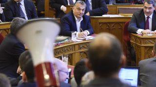 Budapest, 2017. április 4.Orbán Viktor kormányfő (b) és Lázár János, a Miniszterelnökséget vezető miniszter figyeli Szabó Szabolcs független képviselőt, aki hangosbeszélőt tart a kezében a nemzeti felsőoktatásról szóló törvény módosításáról szóló javaslat szavazása előtt az Országgyűlés plenáris ülésén 2017. április 4-én. MTI Fotó: Máthé Zoltán