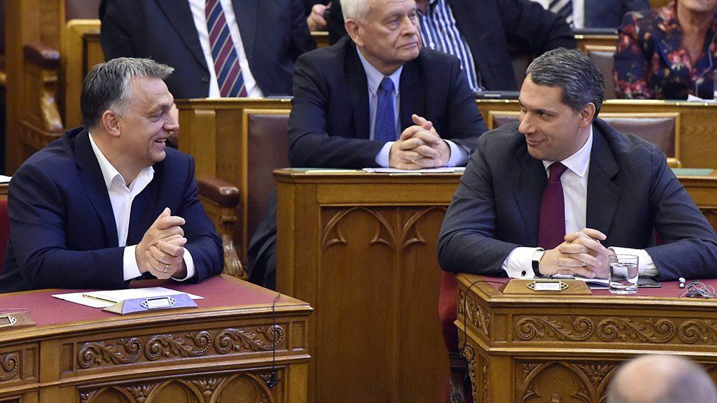 Budapest, 2017. április 4.Orbán Viktor kormányfő (b), Lázár János, a Miniszterelnökséget vezető miniszter (j) és Harrach Péter, a KDNP frakcióvezetője (k) a nemzeti felsőoktatásról szóló törvény módosításáról szóló javaslat összevont vitája alatt az Országgyűlés plenáris ülésén 2017. április 4-én.MTI Fotó: Máthé Zoltán