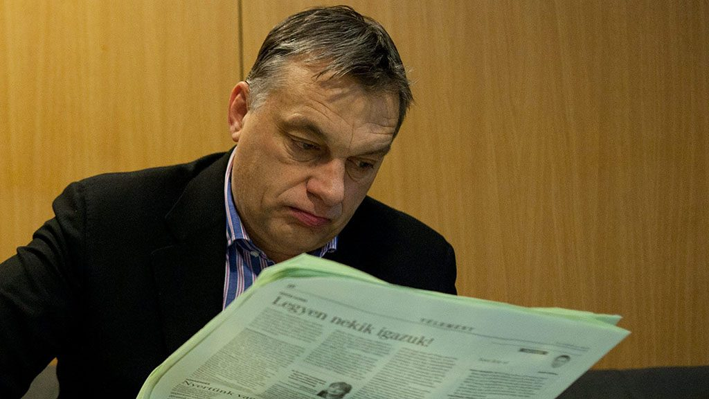 Budapest, 2013. február 15.Orbán Viktor miniszterelnök újságot olvas, mielőtt interjút ad élő adásban a Kossuth Rádió 180 perc című műsorában, a Magyar Rádió stúdiójában 2013. február 15-én.MTI Fotó: Kallos Bea