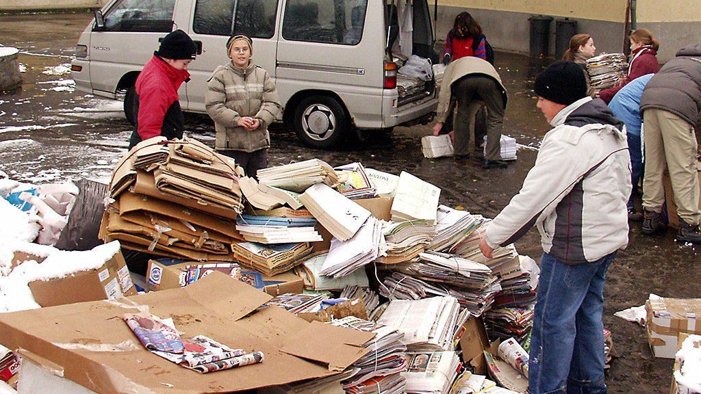 Budapest, 2005. november 21. Az összegyűjtött újságokat és papírhulladékot gépkocsiba rakják, amikor papírgyűjtést rendeztek az albertfalvai Don Bosco katolikus általános iskola és óvoda udvarán. Az összegyűlt 24 tonna hulladékpapírból befolyt összeget az iskola szépítésére használják majd fel.MTI Fotó: Czimbal Gyula