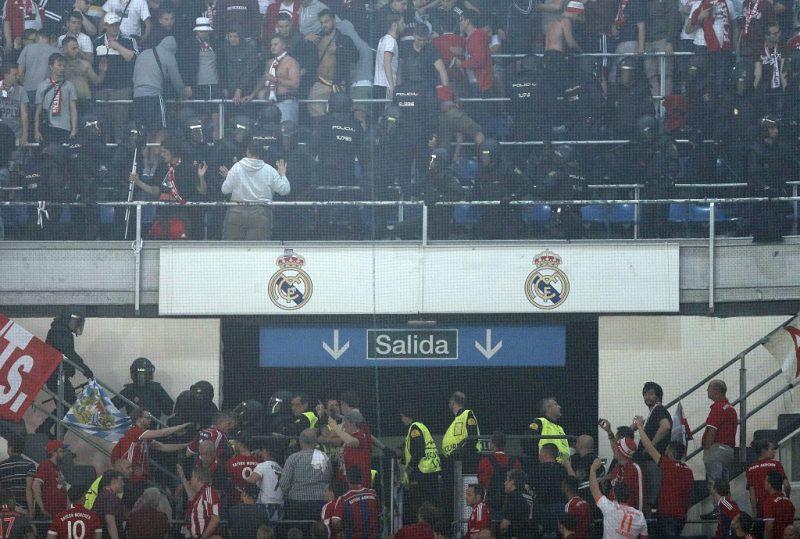 Madrid, 2017. április 18. Rohamrendõrök csapnak össze a Bayern München szurkolóival a Real Madrid elleni labdarúgó Bajnokok Ligája negyeddöntõ visszavágó mérkõzésen a madridi Santiago Bernabeu stadionban 2017. április 18-án. (MTI/AP/Daniel Ochoa de Olza)