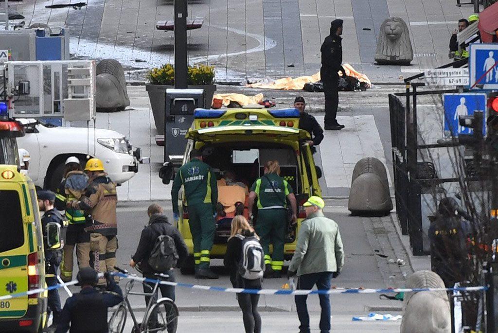 Stockholm, 2017. április 7.Mentők Stockholmban 2017. április 7-én, miután egy teherautó gyalogosok közé hajtott egy sétálóutcában, majd belerohant egy áruházba. A sofőr legalább három embert halálra gázolt. (MTI/EPA)