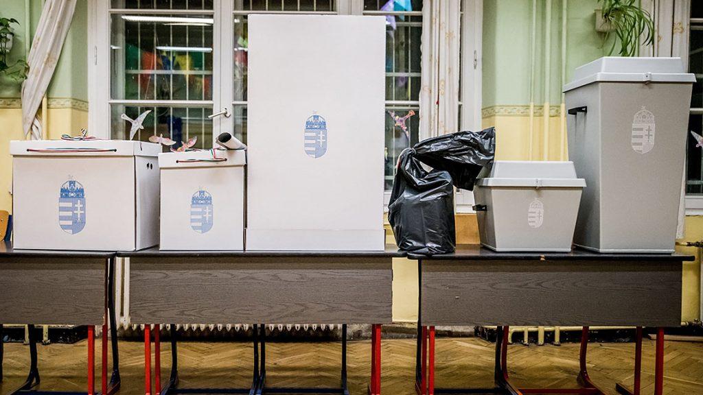 Budapest, 2016. október 2.Urnák a VII. kerületi Magyar-Angol Kéttannyelvű Általános Iskolában kialakított 15. szavazókörben a szavazás megkezdése előtt a kvótareferendum napján, 2016. október 2-án. A népszavazást a nem magyar állampolgárok Magyarországra történő kötelező betelepítésével kapcsolatban írták ki.MTI Fotó: Balogh Zoltán