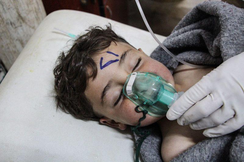Szarakib, 2017. április 4.Sérült gyermeket ápolnak egy tábori kórházban, az északnyugat-szíriai Idlíb tartományban fekvő Szarakibban 2017. április 4-én, miután feltehetőleg a szíriai kormányerők vegyifegyver-támadást intéztek az Idlíbtől délre fekvő Han Sejkun település ellen. A halálos áldozatok száma legalább százra tehető. (MTI/EPA)