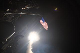 Földközi-tenger, 2017. április 7.Az amerikai haditengerészet információs hivatala által 2017. április 7-én közreadott képen a Földközi-tenger keleti térségében állomásozó, amerikai Porter irányított rakéta-romboló fedélzetéről induló Tomahawk manőverező robotrepülőgépek légicsapást mérnek a szíriai Homsz egyik légibázisa ellen, megtorlásul az április 4-i feltételezett vegyifegyver-támadásért. (MTI/EPA/Amerikai haditengerészet)