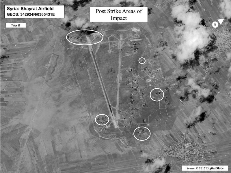 Sajrat, 2017. április 7.Az amerikai védelmi minisztérium által közreadott műholdkép a szíriai Homsz tartományban lévő sajrati légi támaszpont ellen 2017. április 7-én végrehajtott amerikai légicsapás találati helyeiről. Az amerikai haderő a Ross és a Porter irányított rakétákkal felfegyverzett rombolókról lőtt ki Tomahawk rakétákat a szíriai támaszpontra megtorlásul azért, hogy feltételezések szerint a szíriai kormányerők vegyifegyver-támadást intéztek az északnyugat-szíriai Idlíb tartományban fekvő Szarakib ellen. (MTI/EPA/Amerikai védelmi minisztérium)
