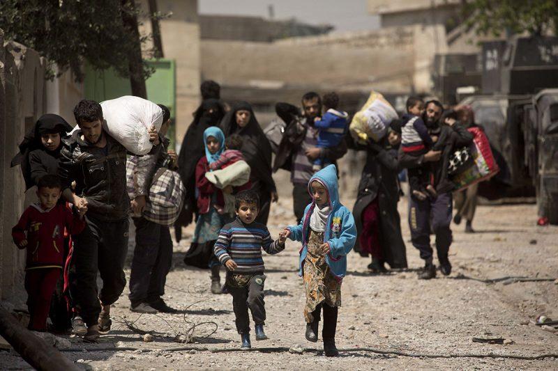 Moszul, 2017. április 18.Iraki civilek elhagyják Moszul at-Tanek nevű negyedét 2017. április 18-án. Az iraki kormányerők a második legnagyobb iraki város nyugati felének visszafoglalásáért harcolnak az Iszlám Állam dzsihadista terrorszervezet fegyveresei ellen. (MTI/AP/Maya Alleruzzo)