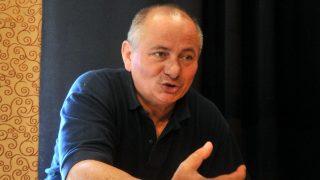 Gyál, 2008. október 2. Usztics Mátyás, a Nemzeti Kamara Színház alapító igazgatója beszél a színpadon a gyáli Arany János Közösségi Házban, ahová az önkormányzat befogadta a társulatot. A direktor reményei szerint nem marad el a másnapra meghirdetett Váradi Nagy Bella: Holnap kedd van címû egyfelvonásos színdarab bemutatója, miután az október 2-i fõpróba elõtt kiderült, a raktárból ellopták a színház teljes hang-, és fénytechnikáját. Az eltûnt másfél milliós berendezéseket hitelbe kapott felszereléssel pótolják. MTI Fotó: Koszticsák Szilárd