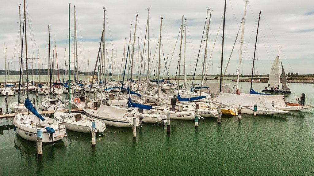 Balatonföldvár, 2015. október 4.Vitorlás hajók állnak a hajókikötő mólójánál a 2015-ös évi vitorlás szezon végén.MTVA/Bizományosi: Faludi Imre ***************************Kedves Felhasználó!Ez a fotó nem a Duna Médiaszolgáltató Zrt./MTI által készített és kiadott fényképfelvétel, így harmadik személy által támasztott bárminemű – különösen szerzői jogi, szomszédos jogi és személyiségi jogi – igényért a fotó készítője közvetlenül maga áll helyt, az MTVA felelőssége e körben kizárt.
