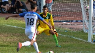 US' footballer Chris Wondolowski (L) gets ready to shoot as Cuba's goalkeeper Sandy Sanchez looks on during a friendly match at the Pedro Marrero Stadium in Havana, on October 7, 2016.   The United States defeated Cuba 2-0 in a friendly match in Havana, only the third time in history the two nations have met on Cuban soil. The match was the latest byproduct of the thaw in relations between the two nations, after more than half a century of bitter Cold War enmity.   / AFP PHOTO / JORGE BELTRAN