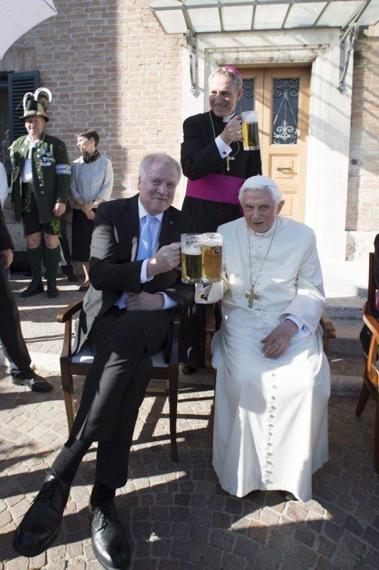 Vatikánváros, 2017. április 17. A L'Osservatore Romano vatikáni napilap által közreadott képen XVI. Benedek nyugalmazott pápa (j) és Horst Seehofer bajor tartományi miniszterelnök sörrel koccint a korábbi katolikus egyházfõ kilencvenedik születésnapja alkalmából tartott ünnepségen a Vatikánban 2017. április 17-én. Benedek pápa Joseph Aloisius Ratzinger néven született a bajorországi Marktl faluban 1927. április 16-án. (MTI/AP/L'Osservatore Romano)