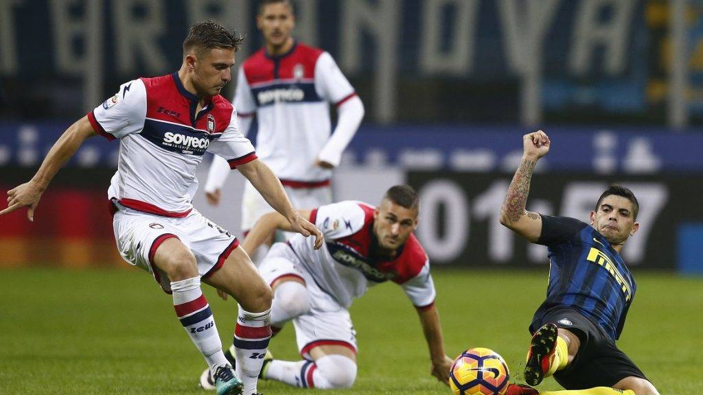 Inter Milan's midfielder Ever Banega of Argentina (R ) fights for the ball with Crotone's forward Adrian Marius Stoian of Romania during the Italian Serie A football match Inter Milan Vs Crotone on November 6, 2016 at the 'San Siro Stadium' in Milan.  / AFP PHOTO / MARCO BERTORELLO