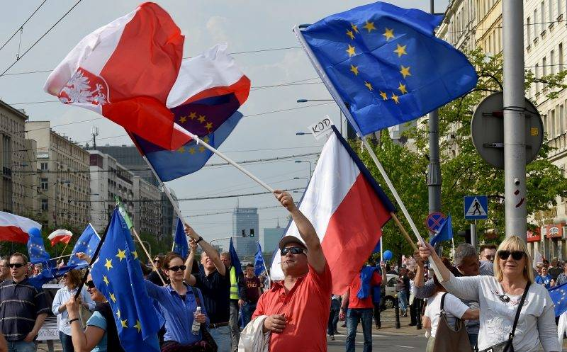 """Demonstrators attend the """"Freedom March"""" in the Polish capital Warsaw on May 6, 2017 organised by Poland's main liberal Civic Platform (PO) opposition party to protest against the rightwing nationalist Law and Justice (PiS) government over alleged rule of law violations. / AFP PHOTO / JANEK SKARZYNSKI"""
