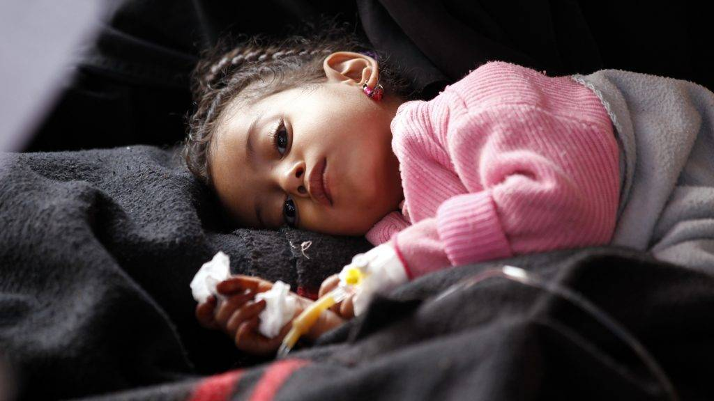 A Yemeni child, suspected of being infected with cholera, receives treatment at a hospital in Sanaa on May 15, 2017. / AFP PHOTO / Mohammed HUWAIS