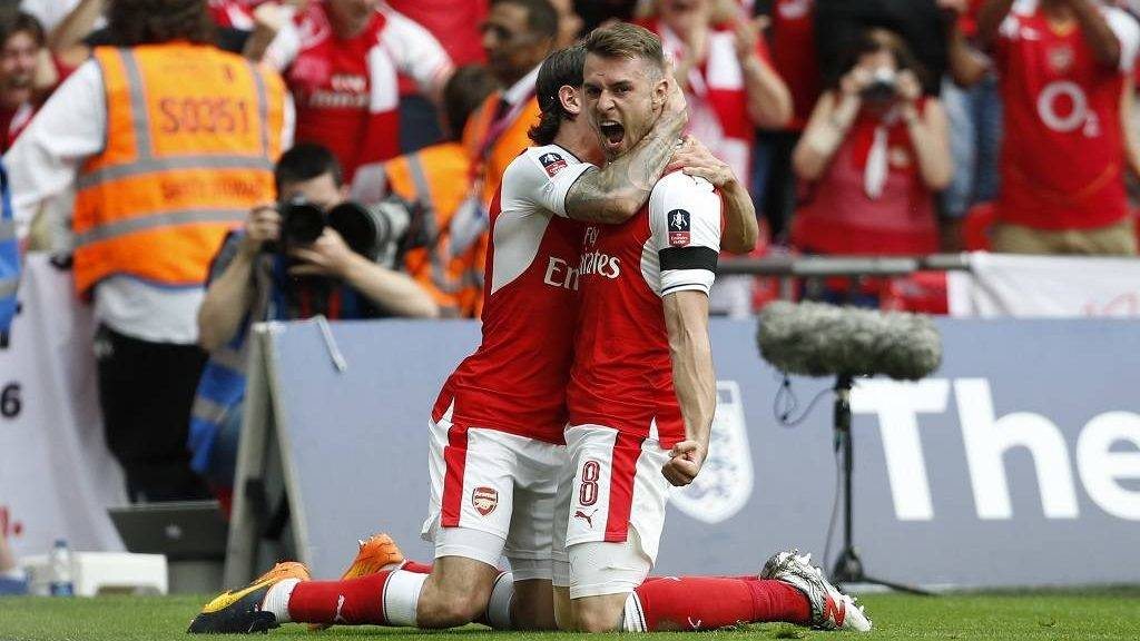Arsenal's Welsh midfielder Aaron Ramsey (R) celebrates with Arsenal's Spanish defender Hector Bellerin after scoring their second goal during the English FA Cup final football match between Arsenal and Chelsea at Wembley stadium in London on May 27, 2017. / AFP PHOTO / Ian KINGTON / NOT FOR MARKETING OR ADVERTISING USE / RESTRICTED TO EDITORIAL USE
