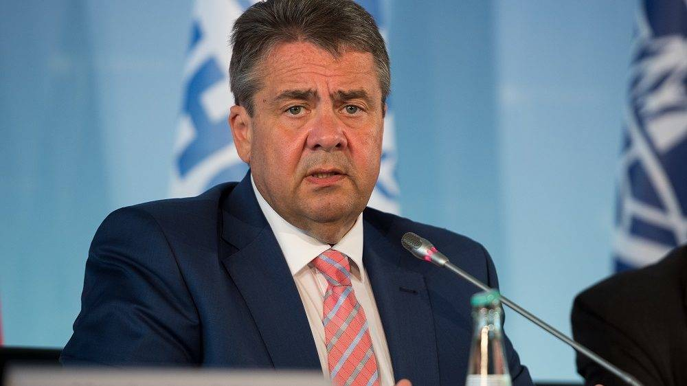 German Vice Chancellor and Foreign Minister Sigmar Gabriel (L) attends a round table about refugees and migration in Berlin on May 29, 2017. The round table about the migrant crisis is hosted by German Foreign minister Sigmar Gabriel, with UN representative for migration Louise Arbour, United Nations' High Commissioner for Refugees (UNHCR) Filippo Grandi, International Organization for Migration (IOM) Director-General William Lacy Swing and EU Commissioner for Migration Dimitris Avramopoulos. The topics of the meeting are, among others, improving cooperation with international organizations, internally displaced persons and consequences of natural disasters and climate change on refugee movements. / AFP PHOTO / dpa / Monika Skolimowska / Germany OUT