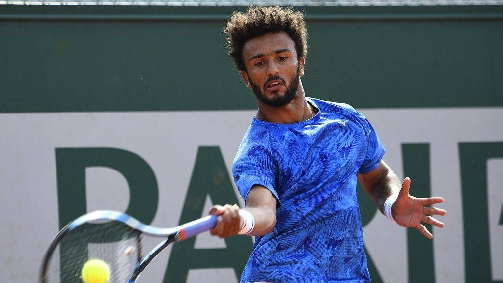 France's Maxime Hamou returns the ball to Uruguay's Pablo Cuevas during their tennis match at the Roland Garros 2017 French Open on May 29, 2017 in Paris.  / AFP PHOTO / Eric FEFERBERG