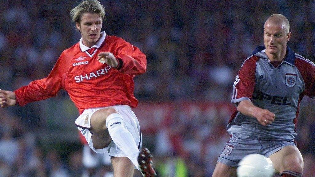 Manchester United midfielder David Beckham (L) kicks the ball past Bayern Munich forward Carsten Jancker 26 May 1999 at the Camp Nou Stadium in Barcelona, during the final of the Soccer Champions League between Manchester United and Bayern Munich. (ELECTRONIC IMAGE) / AFP PHOTO / ERIC CABANIS