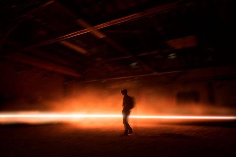 """70518001. Cannes, 18 May. 2017 (Notimex-Emmanuel Lubezki).- El cineasta mexicano Alejandro González Ińárritu asombró a Cannes con el estreno hoy de """"Carne y arena"""", una """"experiencia de realidad virtual"""" en la frontera sur de los Estados Unidos que permite una """"inmersión"""" y """"tomar conciencia"""" de la tragedia de los migrantes. NOTIMEX/FOTO/EMMANUEL LUBEZKI/COR/ACE/CANNES17/"""