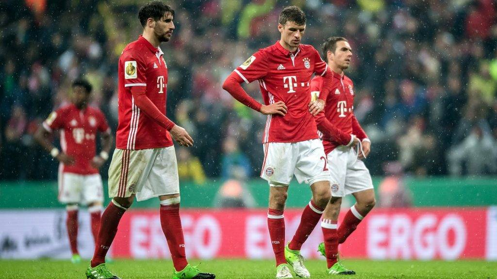 Munich's Javi Martinez (L) and Thomas Mueller during the German Soccer Association (DFB) Cup semifinal match between FC Bayern Munich and Borussia Dortmund in the Allianz Arena in Munich, Germany, 26 April 2017.   (ATTENTION EDITORS: WIRE SERVICE USE ONLY BY PERMISSION.) Photo: Thomas Eisenhuth/dpa-Zentralbild/ZB