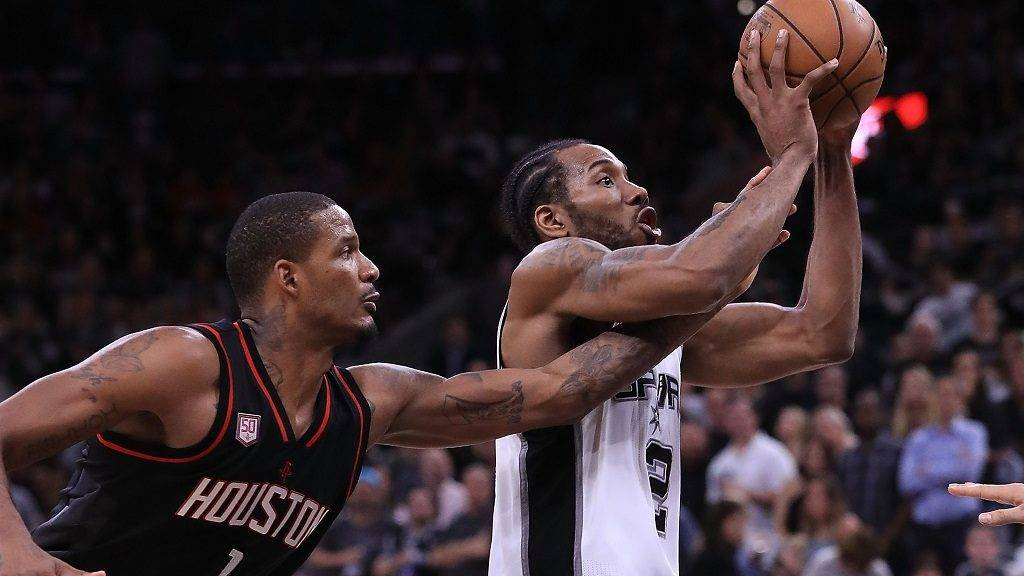 SAN ANTONIO, TX - MAY 03: Trevor Ariza #1 of the Houston Rockets defends against Kawhi Leonard #2 of the San Antonio Spurs during Game Two of the NBA Western Conference Semi-Finals at AT&T Center on May 3, 2017 in San Antonio, Texas. NOTE TO USER: User expressly acknowledges and agrees that, by downloading and or using this photograph, User is consenting to the terms and conditions of the Getty Images License Agreement.   Ronald Martinez/Getty Images/AFP