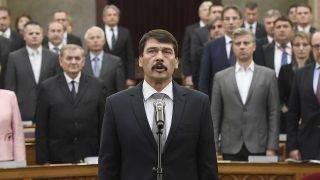 Budapest, 2017. május 8.Áder János újraválasztott köztársasági elnök leteszi esküjét az Országgyűlés plenáris ülésén 2017. május 8-án. A Fidesz-KDNP államfőjelöltjét az Országgyűlés 131 szavazattal választotta újra március 13-án.MTI Fotó: Kovács Tamás
