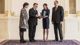 Baku, 2016. március 6.A Miniszterelnöki Sajtóiroda által közreadott képen a hivatalos látogatáson Azerbajdzsánban tartózkodó Orbán Viktor miniszterelnök felesége, Lévai Anikó (b) táraságában átadja a Magyar Érdemrend Középkeresztje a csillaggal kitüntetést Ilham Aliyev azeri elnök (j) feleségének, Mehriban Aliyeva asszonynak, a Heydar Aliyev Alapítvány elnökének a Baku melletti elnöki palotában 2016. március 6-án. MTI Fotó: Miniszterelnöki Sajtóiroda/Szecsődi Balázs