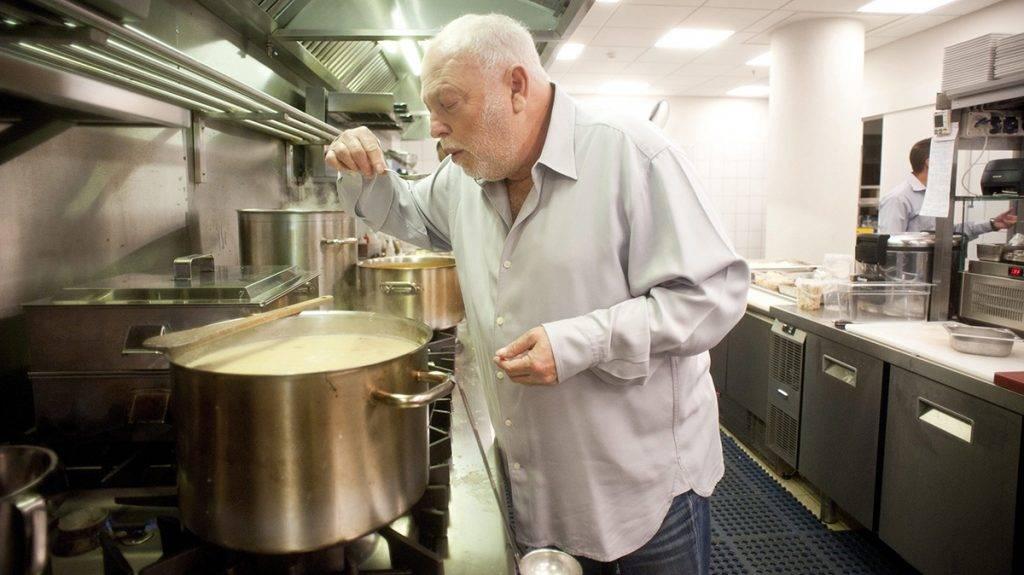 Budapest, 2010. szeptember 18.Andy Vajna filmproducer, a budapesti Nobu étterem tulajdonosa levest kóstol az étterem konyhájában. Az étterem a japán konyhát a dél-amerikai elemekkel fűszerező globális csúcsgasztronómiai lánc első étterme Közép-Európában, és 23. étterme világszerte. Az étteremlánc névadója, egyben séfje, Macuhisza Nobujuki japán mesterséf.MTI Fotó: Kallos Bea