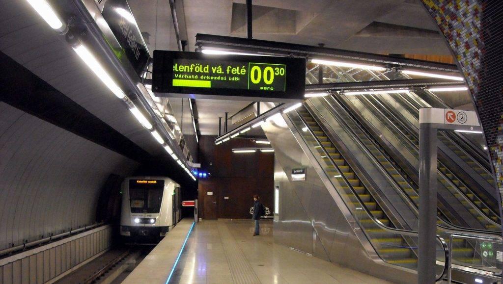 Budapest, 2015. szeptember 30. Elektronikus jelzõrendszer tájékoztatja az utasokat a beérkezõ metrószerelvény tovább indulásának pontos idejérõl az M4-es metró Szent Gellért téri mélyállomásán.          MTVA/Bizományosi: Jászai Csaba  *************************** Kedves Felhasználó! Az Ön által most kiválasztott fénykép nem képezi az MTI fotókiadásának, valamint az MTVA fotóarchívumának szerves részét. A kép tartalmáért és a szövegért a fotó készítõje vállalja a felelõsséget.