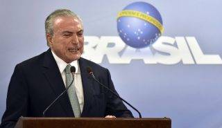 Brazíliaváros, 2017. május 19. Michel Temer brazil elnök a nemzethez intézett televíziós beszédét közben Brazíliavárosban 2017. május 18-án. Az államfõ beszédében határozottan kijelentette, hogy nem mond le, dacára annak, hogy a brazil legfelsõbb bíróság engedélyezte a nyomozást ellene egy vesztegetési ügyben. Sajtóhírek szerint egy befolyásos brazil üzletember az ügyészséggel kötött vádalku keretében tett vallomása szerint Temer egy tanú megvesztegetéséhez járult hozzá, hogy az illetõ hallgasson a Petrobras brazil olajvállalat korrupciós botrányának ügyében. A brazil O Globo napilap szerint hangfelvétel van az elhangzottakról. (MTI/AP/Ricardo Botelho)
