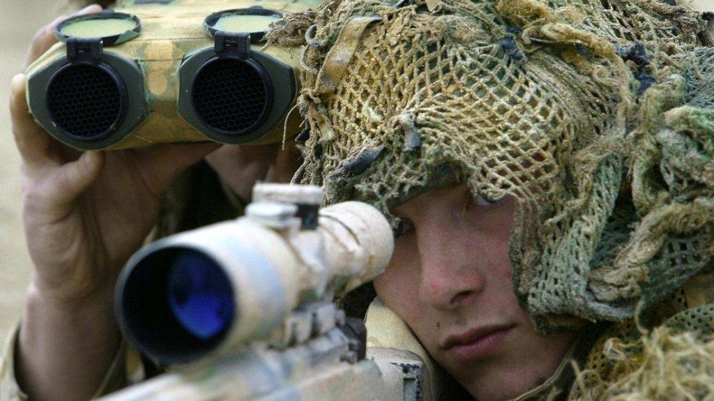 A British Royal Marine sniper team with the Commando Regiment Royal Artillery at Camp Gibraltar takes aim 24 February 2003 in the Northern Kuwaiti desert.      AFP PHOTO/Paul J. Richards / AFP PHOTO / PAUL J. RICHARDS