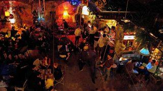 Budapest, 2012. június 29.Fiatalok szórakoznak a Szimpla kertben, a budapesti Kazinczy utcában 2012. június 25-én. A hetedik kerületi Kazinczy utca, Dohány és Király utca közötti szakasza és környéke a budapesti nyári éjszakai élet egyik központjává vált, ahol számos nyitott, romos ház udvarán létesített romkocsma és szórakozóhely várja a budapestieket és a turistákat.MTI Fotó: Marjai János