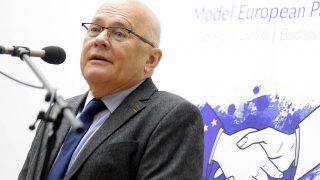 Budapest, 2016. április 11.Balázs Péter, a Közép-európai Egyetem tanára, korábbi uniós biztos, volt külügyminiszter beszédet mond a budamep16 elnevezésű rendezvény hivatalos megnyitóján az Eötvös Loránd Tudományegyetem (ELTE) Gólyavár épületében 2016. április 11-én. A diákkonferencián egy héten át csaknem kétszáz európai középiskolás modellezi az Európai Parlament (EP) működését.MTI Fotó: Kovács Tamás